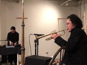 エレキ波紋音の永田砂知子さん(左)とトランペットの小西徹郎さん