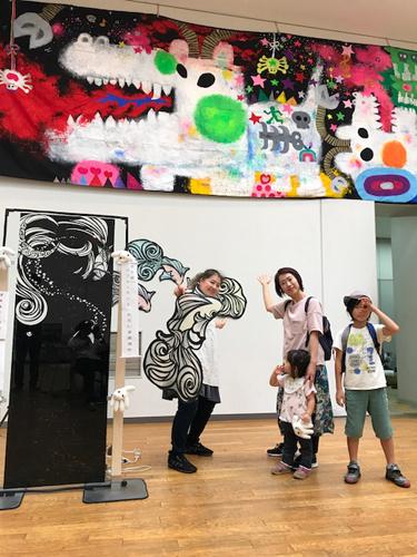 巨大壁画(写真上部)を描いた太田由美さん&さとうみよさん