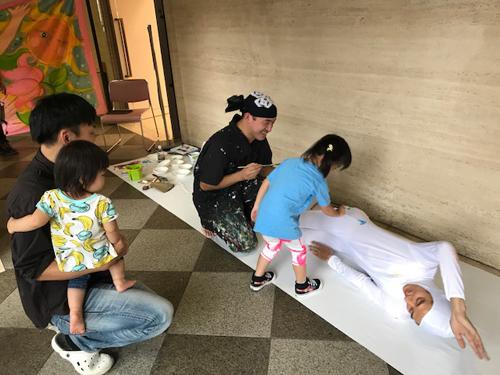 伊藤雅史(移動マッサージ)&遠藤昌宏パフォーマンス「かく、かかれる、」