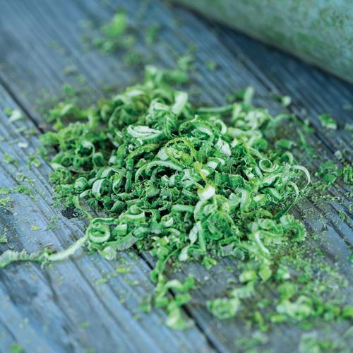 竹の表皮を手作業で削りとったものから「竹幹表皮エキス」を抽出