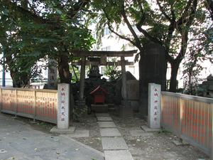 新宿の総鎮守&芸能の神様「花園神社の芸能浅間神社」に立ち寄るのもいいかも