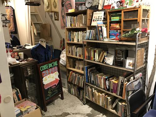 野方「コヨーテ書店」は旅に行った気分にさせられる古本&ギャラリー